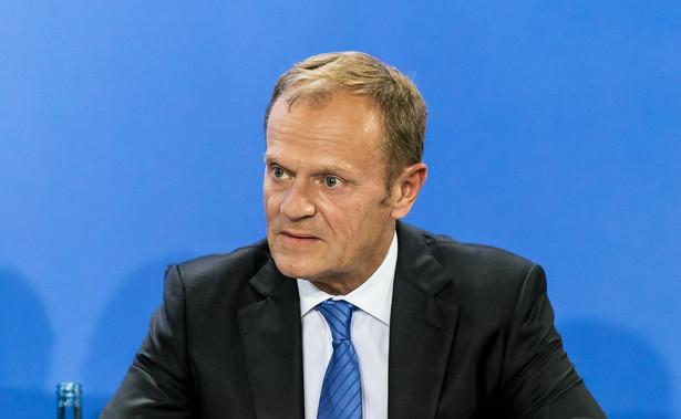 """Były premier, obecnie szef Europejskiej Partii Ludowej mówi """"Wyborczej"""", że od 12 marca przebywa na kwarantannie w Brukseli. """"Wcześniej miałem publiczne spotkania w Belgii, Niemczech, Rumunii, Luksemburgu. Po powrocie zacząłem kaszleć, ale gorączka na szczęście nie była duża. Pani doktor zdecydowała bez testu, że na minimum 14 dni muszę zostać w domu"""" – wyjaśnił Tusk."""