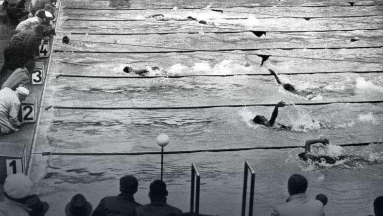 Adolph Kiefer płynie po złoty medal igrzysk olimpijskich w Berlinie