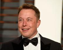 Elon Musk sprzedaje samochody elektryczne, baterie litowo-jonowe i... czapki