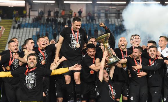 Fudbaleri Partizana slave trofej Kupa