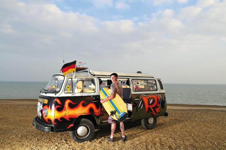 Życie Chrisa Redforda kręci się wokół Volkswagenów. A konkretnie jednego – VW T2, który jest równie kolorowy, jak jego właściciel. Jeździ nim, ma tatuaże z nim...