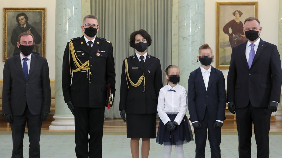 Krzysztof Hejduk z żoną i dziećmi oraz Mariuszem Kamińskim i Andrzejem Dudą podczas uroczystości wręczenia stopnia nadbrygadiera PSP