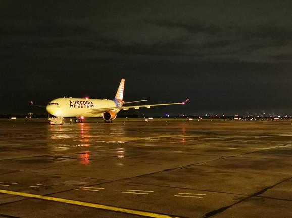 Avion Er Srbije na beogradskom aerodromu spreman za poletanje