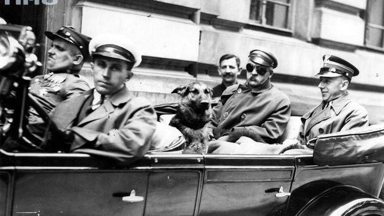 Konrad Zembrzuski (z prawej strony), pułkownik kawalerii Wojska Polskiego. Samochód prowadzi szofer Malinowski, obok niego siedzi chor. Walenty Wójcik, 1929