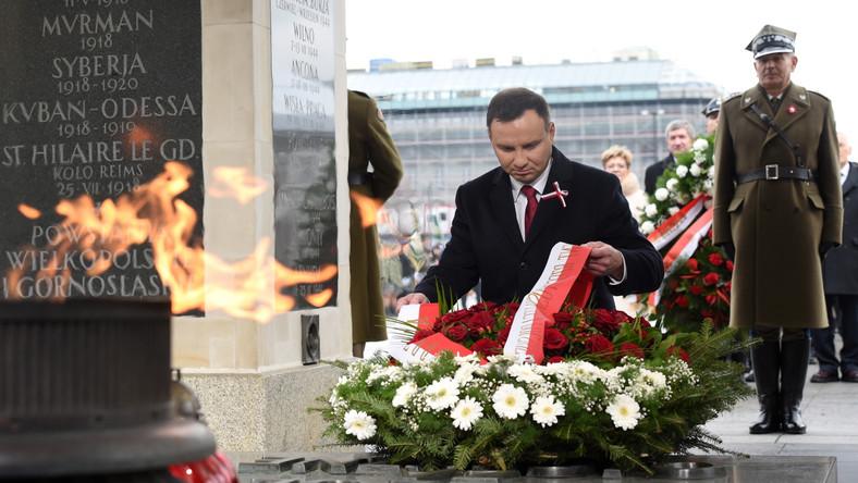 """Prezydent Duda w okolicznościowym przemówieniu na Placu Piłsudskiego mówił, że trzeba budować silne i sprawiedliwe państwo, a wolność i niepodległość nie są dane raz na zawsze. Chodzi o to, żeby państwo było równe dla wszystkich i mogło """"zaradzić tym, którzy wprowadzają innych w błąd""""."""