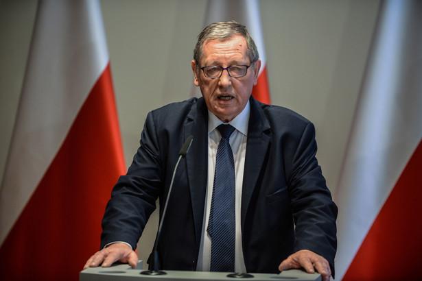 """Minister środowiska Jan Szyszko podczas konferencji prasowej nt. """"Żubr - gatunek, którym chwalimy się w Europie""""."""