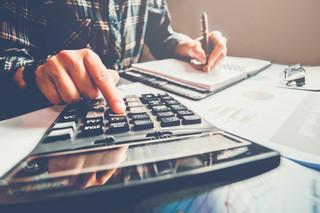 Jak obliczyć składkę zdrowotną i zaliczkę na podatek dla pracownika, który nie skończył 26 lat
