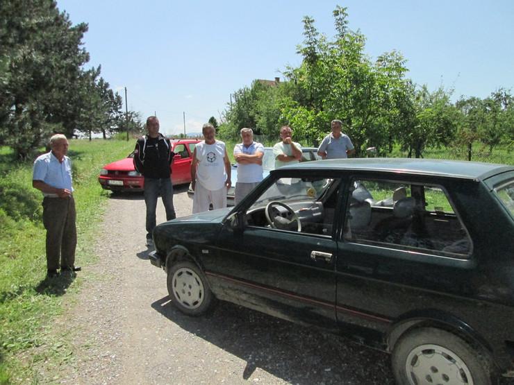 Loznica02 mestani blokirali seoski put u kozjaku sprecili prolazak vozila foto s.pajic