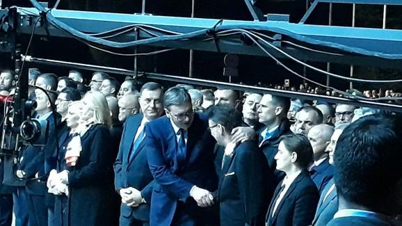 Vučić se pozdravlja sa deminerom Vojske Srbije Slađanom Vučkovićem koji je ostao bez obe ruke prilikom uništavanja kasetnih bombi