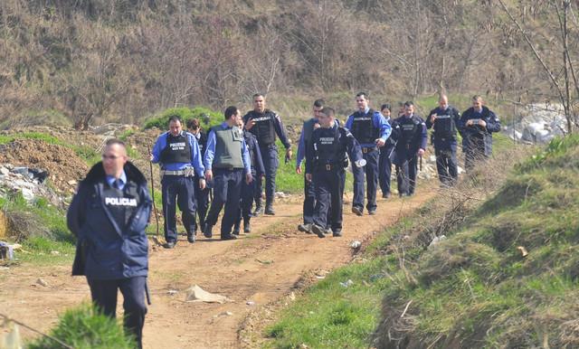Desetine policajaca pretražuje teren