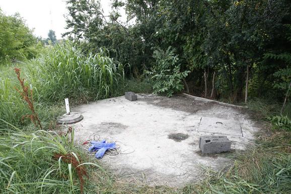 Septička jama u kojoj su pronađeni leševi