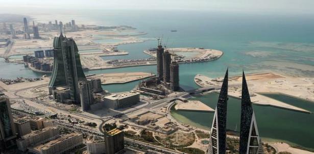 Emigranci-ekspaci zatrudnieni w Bahrajnie zdecydowanie najczęściej pracują w branży finansowej (20 proc. zatrudnionych). Innymi popularnymi wśród nich zawodowymi kierunkami są media oraz stanowiska inżynieryjne (9 proc.). Zdecydowana większość emigrantów zarobkowych w tym kraju to mężczyźni (73 proc. badanych). Bahrajn został podobnie wysoko oceniony we wszystkich trzech badanych kategoriach (zajął w nich od 6. do 8. pozycji). Największym minusem życia w tym państwie są wysokie koszty mieszkania: 75 proc. badanych uważa, że są wyższe niż w ich rodzinnym kraju. Na fot. Manama, Bahrajn