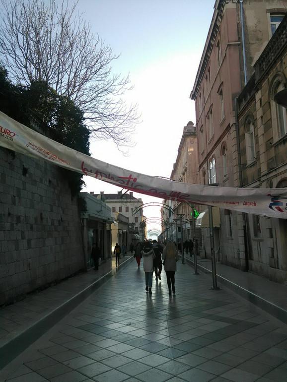 Ulica u Splitu i baner Evropskog prvenstva koji je pao