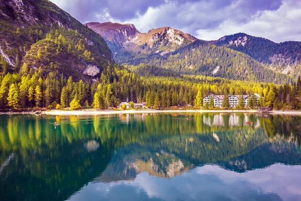 Kościółek i Hotel Pragser Wildsee