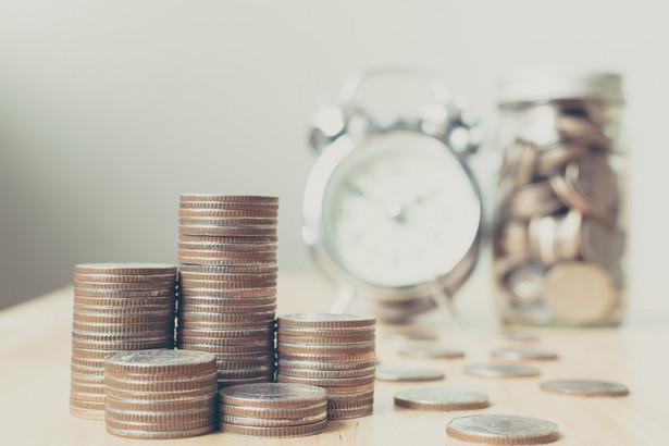 Konieczność zwrotu trzynastki może objąć także osoby uzyskujące przychody z działalności zarobkowej objętej obowiązkiem ubezpieczeń społecznych lub z tytułu pełnionej służby.