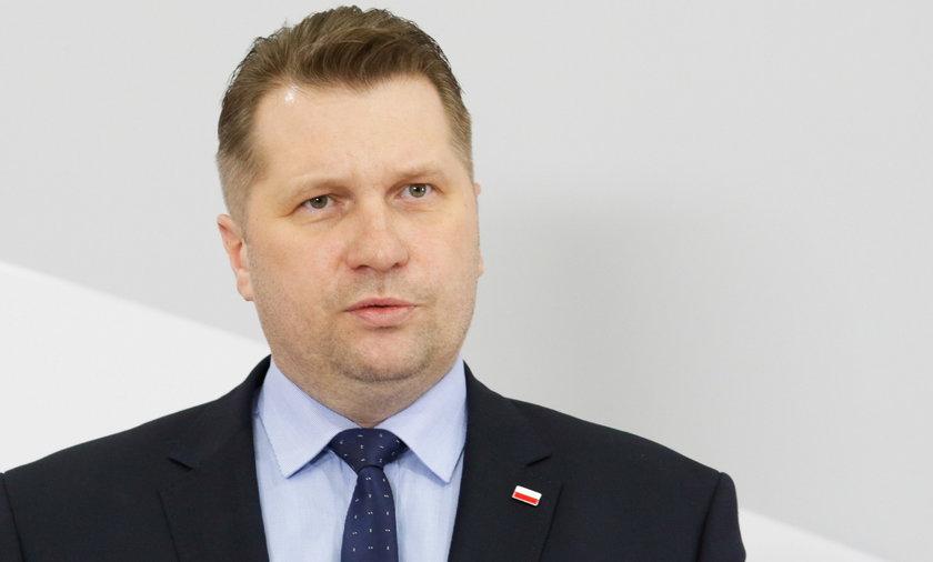Minister edukacji Przemysław Czarnek dał 170 tys. zł na telefon zaufania dla dzieci i rodziców.