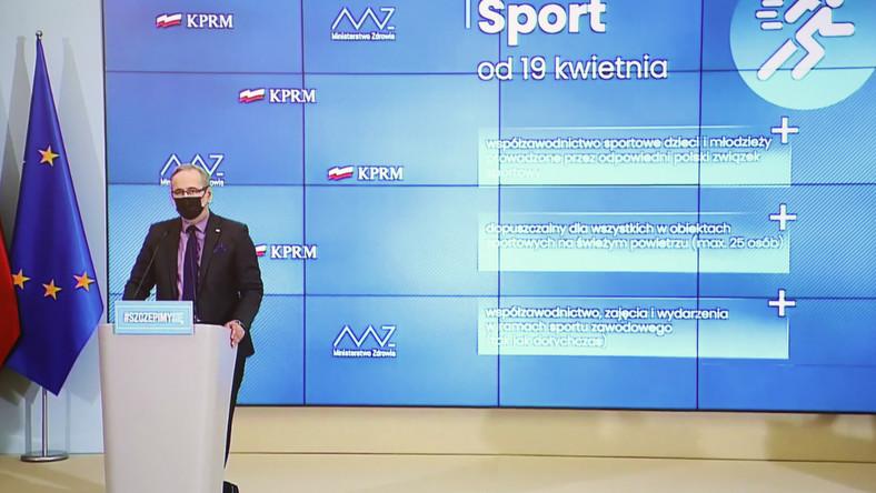 Koronawirus w Polsce. Minister zdrowia Adam Niedzielski podczas konferencji prasowej, transmitowanej z siedziby KPRM i oglądanej w jednym z mieszkań w Warszawie