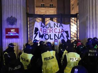 """Strajk Kobiet: Kolejna """"Blokada Warszawy"""". Protesty przed MEN"""