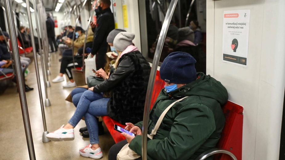 Mieszkańcy Warszawy zachowujący dystans w komunikacji miejskiej