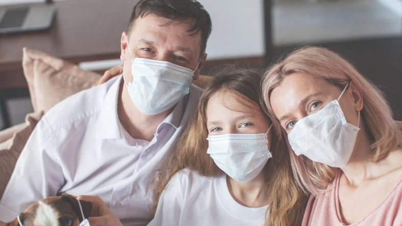 Rodzina w maseczkach. Pandemia.