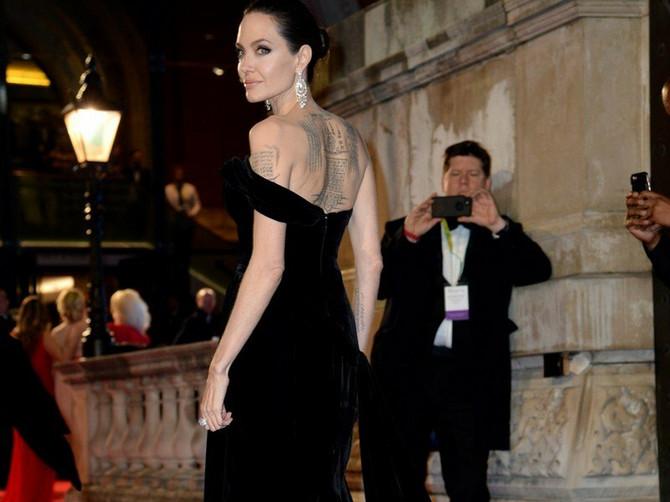 Sve oči su uprte u Anđelinu: Njena haljina je sjajna, linija sablasno mršava, a društvo SASVIM POSEBNO