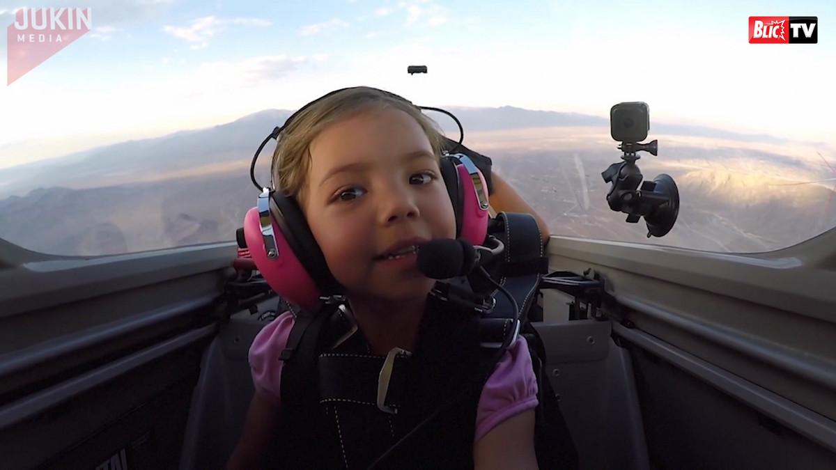 NAJSLAĐI PILOT NA SVETU: Ova neustrašiva devojčica upravlja avionom praveći neverovatne vratolomije