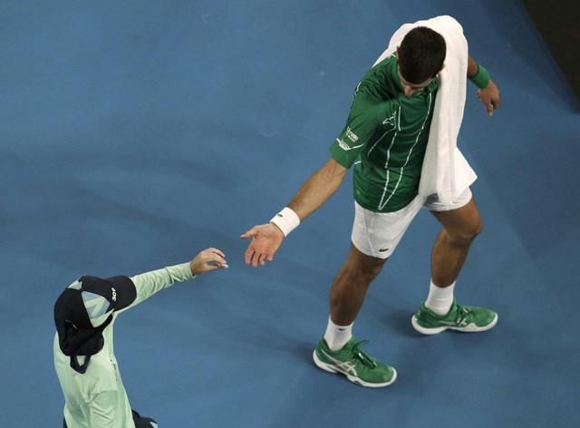 Novak Đoković uzima nova kontakta sočia nakon što su prethodna počela da mu prave velike probleme u trećem setu meča sa Raonićem
