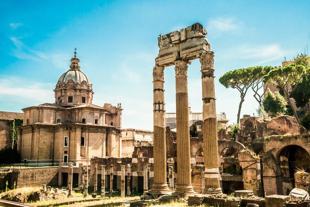 """W Rzymie nie jest rzadkim widok transparentów """"Quiet please"""" czy """"Stop the noise"""" (""""Prosimy o ciszę"""", """"Koniec hałasowania"""") wywieszonych z okien kamienic znajdujących się w sąsiedztwie największych atrakcji turystycznych"""