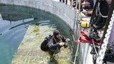 Ratownicy ćwiczą nurkowanie w betonowych kręgach
