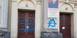 Zniszczyli drzwi kościoła w Poznaniu. Kto odpowie za obraźliwy napis?