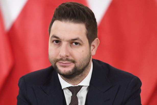 Przewodniczący Komisji Weryfikacyjnej Patryk Jaki podczas konferencji prasowej po niejawnym posiedzeniu komisji w Ministerstwie Sprawiedliwości w Warszawie.