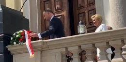 Andrzej Duda złożył kwiaty pod pomnikiem, na którym aktywiści LGBT zawiesili flagę