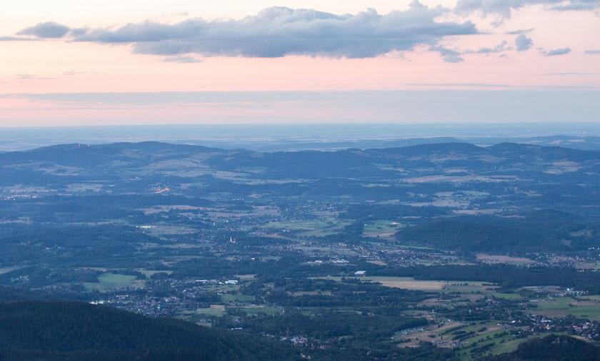 Na zdjęciu widok ze Śnieżki na Jelenią Górę i okolice.