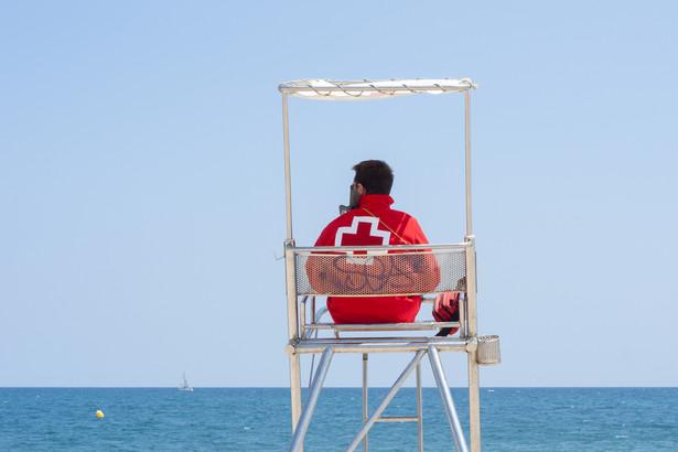 10–11 zł za godzinę zarabia ratownik na plaży