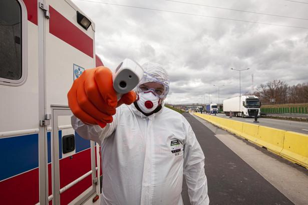 Rząd Hiszpanii ogłosił w poniedziałek, że wydłuży stan zagrożenia epidemicznego, który obowiązuje w tym kraju od niedzieli z powodu rozszerzającej się pandemii koronawirusa. Pierwotnie miał trwać przez 15 dni.
