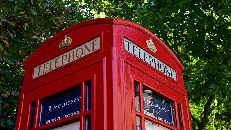 Punkt sprzedaży samochodów w budce telefonicznej