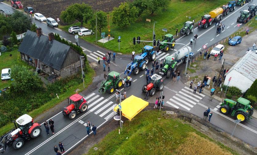 Rolnicy zamierzają blokować drogi do skutku. Kierowcy w różnych częściach Polski muszą liczyć się z utrudnieniami w ruchu.