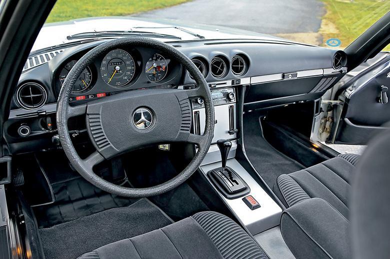 Charakter zamiast ozdóbek. W latach 70. dwudziestego wieku Mercedes upowszechnił luksus. Przejrzyste wskaźniki i nie ma już chromowanej obręczy na kierownicy spełniającej rolę klaksonu