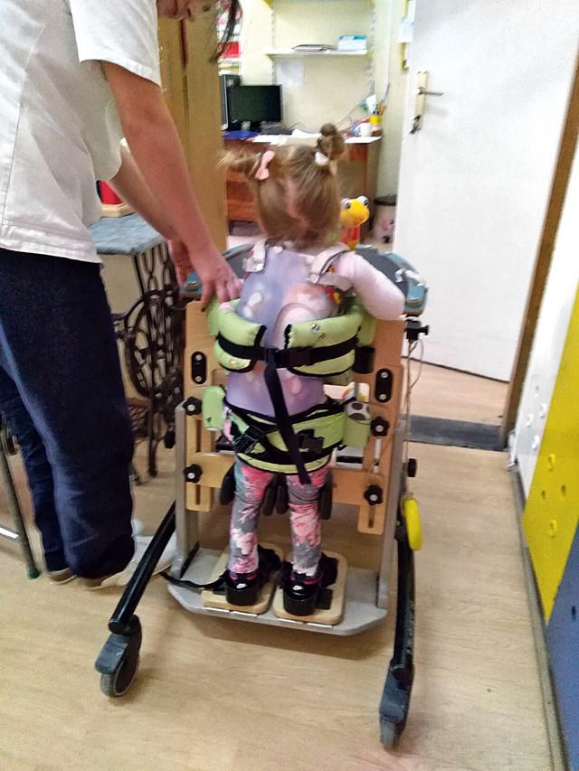 Mia ne može da hoda, niti da sedi samostalno