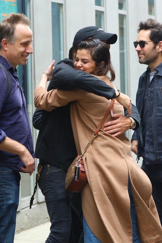Selena u Džastinovom zagrljaju
