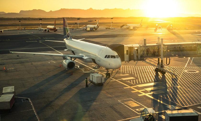 Lotnisko i samolot.
