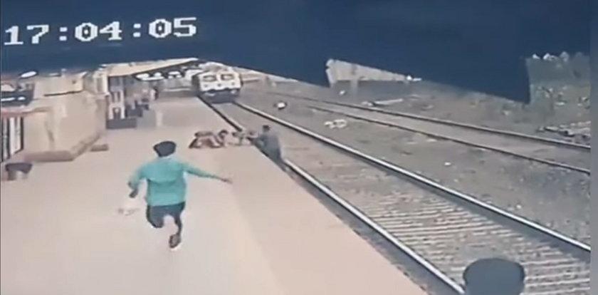 Dramatyczne sceny na peronie. Dziecko spadło na tory. Na pomoc ruszył kolejarz. WIDEO
