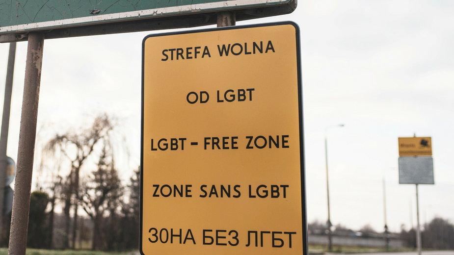 Tabliczka przed wjazdem do miasta z informacją o strefie wolnej od LGBT