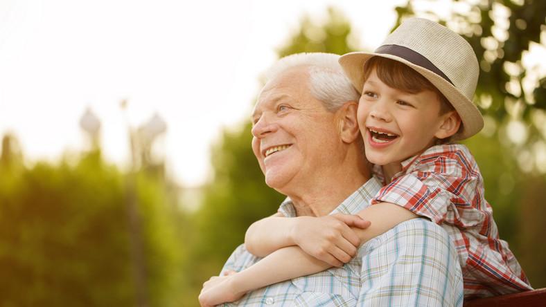 dziadek, wnuk, opieka, senior, starsza osoba, starszy pan, emeryt, emerytura. / fot. Shutterstock