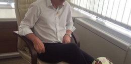 Prezes żongluje za biurkiem WIDEO