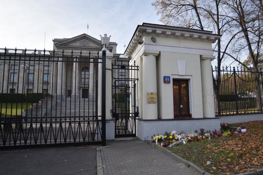 Znicze zapłonęły przed ambasadą Federacji Rosyjskiej