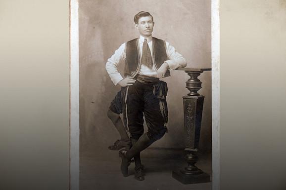 """U surovom """"ŠOU NAKAZA"""" glavna zvezda bio je TRONOGI ČOVEK. Međutim, niko nije znao da jedna noga pripada njegovom BRATU"""