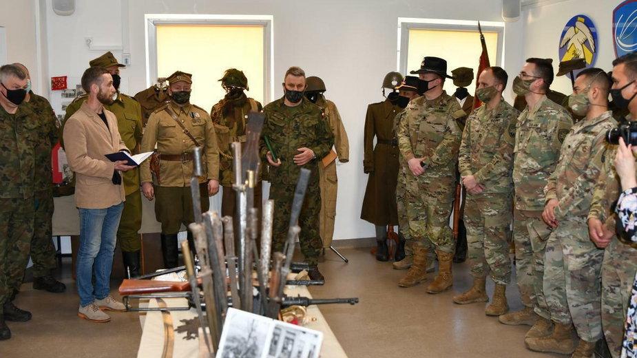 W jednostce wojskowej w Olesznie powstała wystawa  okolicznościowa [WIDEO]