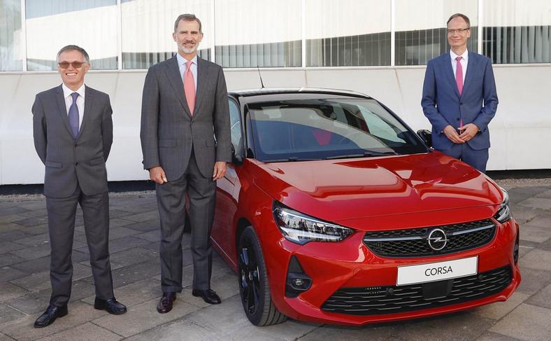 Prezes zarządu Groupe PSA Carlos Tavares, Król Hiszpanii Filip VI, nowa Corsa oraz dyrektor generalny firmy Opel Michael Lohscheller