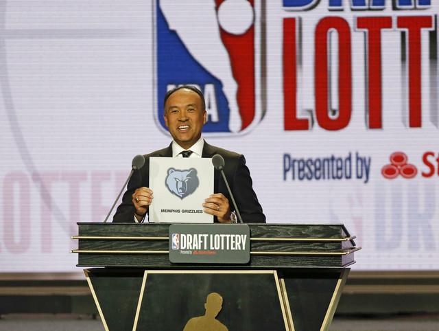 Mark Tejtjum, zamenik komesara NBA lige, objavljuje iznenađenje - Memfis bira drugi na draftu
